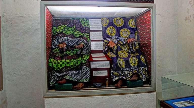 lamu old town museum lamu town kenya (14) kanga women